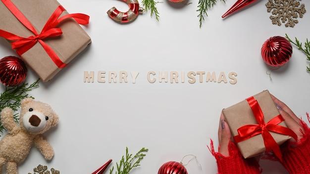 흰색 바탕에 수제 선물, 크리스마스 장식품, 전나무 나뭇가지. 크리스마스와 새 해 개념입니다.