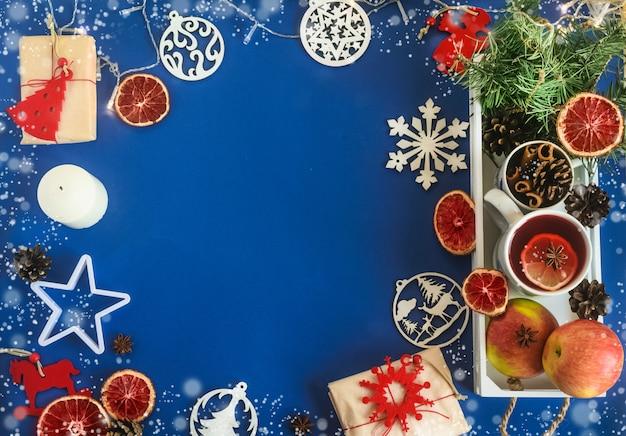 파란색 배경에 수제 선물 제로 웨이스트 플라스틱이 없는 천연 크리스마스 장식
