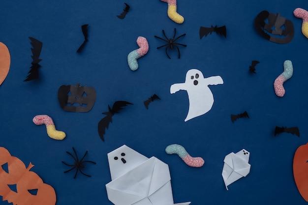 수제 할로윈 종이 장식과 고전적인 파란색 배경에 거미 벌레. 할로윈 배경입니다. 평면도. 플랫 레이