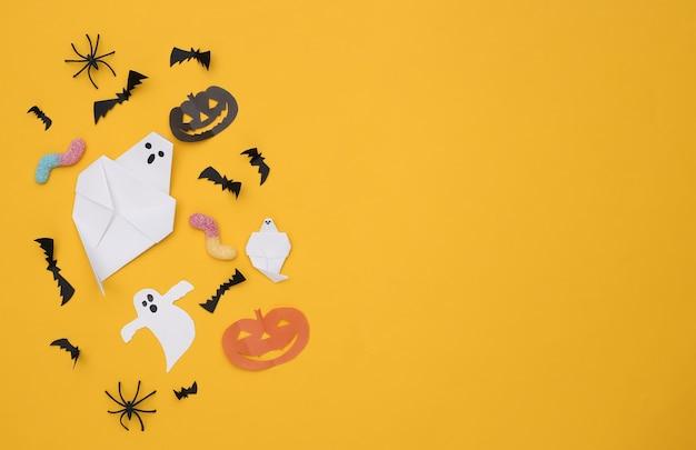 수제 할로윈 종이 장식, 노란색 배경에 거미 벌레. 할로윈 배경입니다. 공간을 복사합니다. 상위 뷰