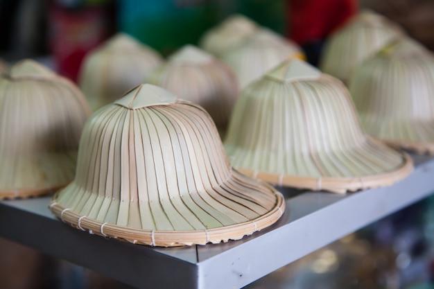 대나무와 야자 잎의 수제 모자, 전통 태국 모자.