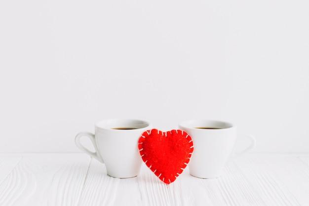 Сердце ручной работы между чашками