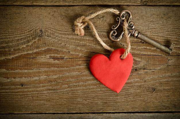 키 함께 나무 보드에 누워 수 제 심장. 평면도