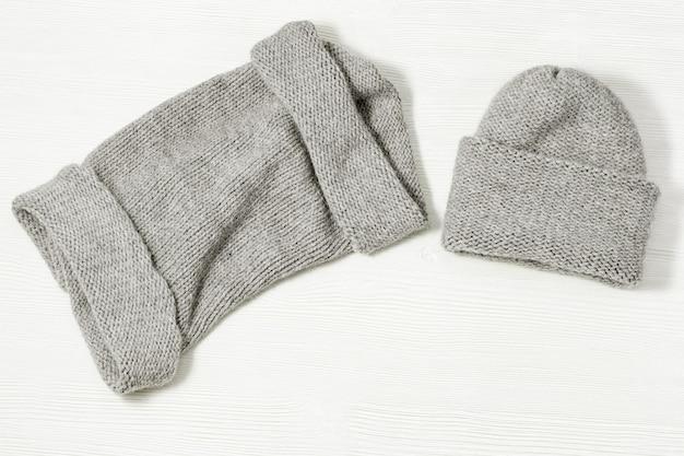 手作りのニットウェアウールの帽子と柔らかなスヌード冬の暖かいもの