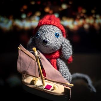 Вязаная игрушка ручной работы. амигуруми крыса игрушка. крючком чучела животных. мышь связана с кораблем крючком.