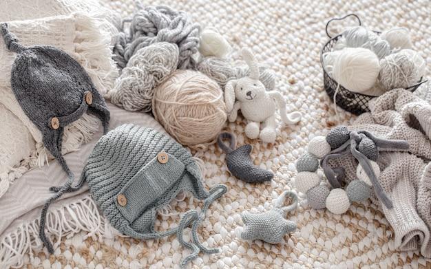 Giocattoli fatti a maglia fatti a mano con gomitoli di filo. concetto di hobby e artigianato.
