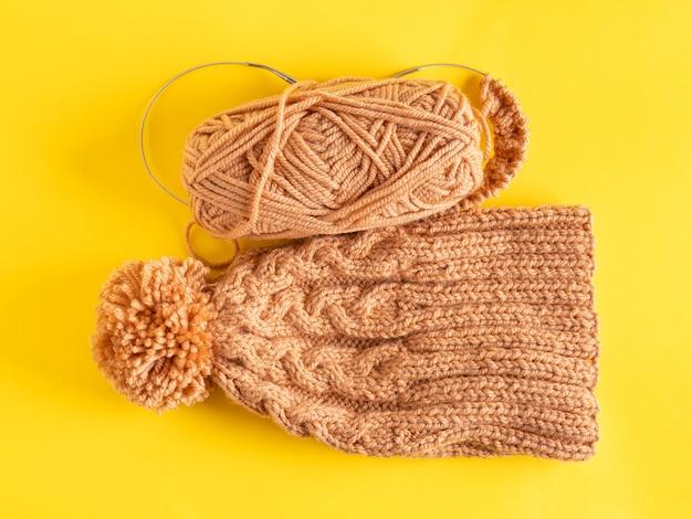 Вязаная зимняя шапка ручной работы