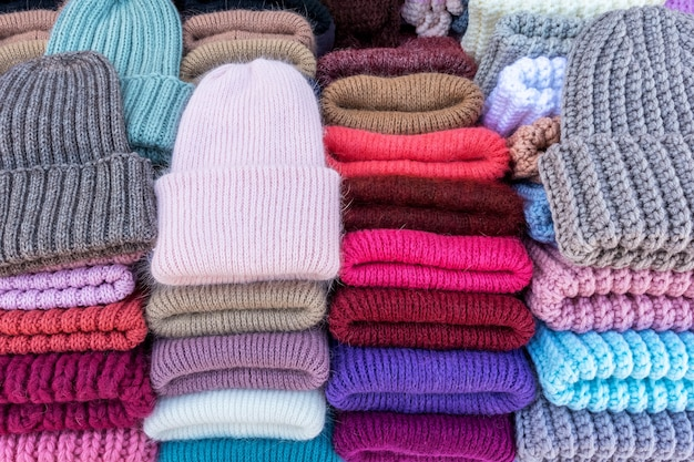 수제 니트 양모 모자는 거리 시장에서 판매됩니다. 추상적 배경과 양모의 질감