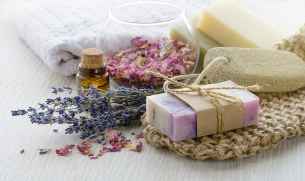 목욕 및 스파 액세서리가 포함된 수제 라벤더 장미 비누. 아로마 오일이 함유된 말린 라벤더와 장미 꽃잎