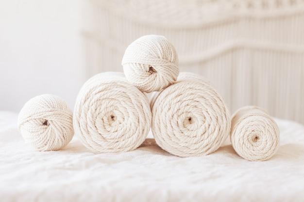 手作りのマクラメ編みと綿糸。マクラメや手工芸品のバナーや広告に適した画像。コピースペース