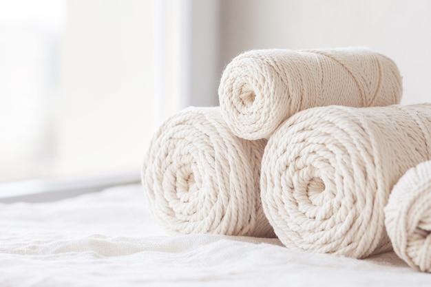 手作りのマクラメ編みと綿糸