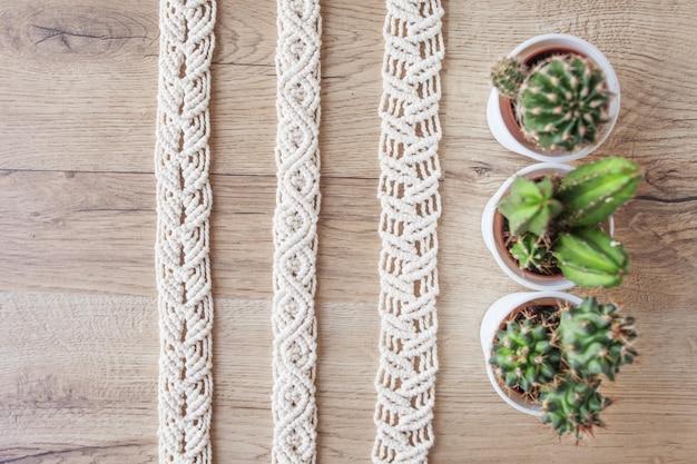 手作りマクラメ糸と鉢の中のサボテン