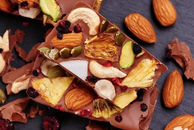 ドライフルーツとナッツを使った手作りミルクチョコレート