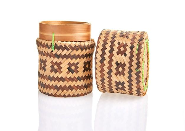 Натуральное изделие ручной работы, круглая плетеная корзина, плетение из ротанга. экологичная и устойчивая концепция. экологичные покупки и переработанные подарки.