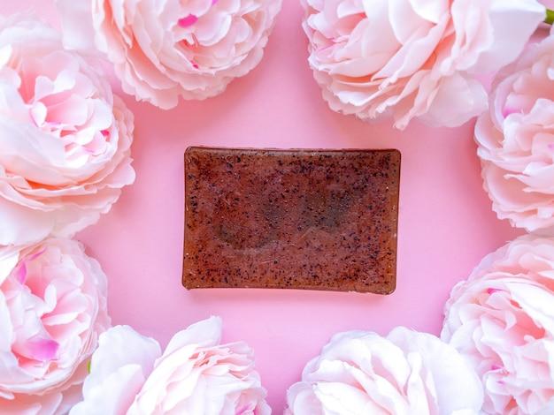 꽃과 함께 부드러운 분홍색 장식의 수제 천연 비누.