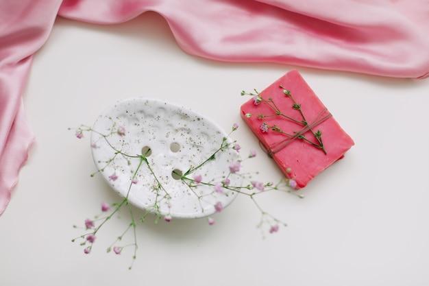 Натуральное мыло ручной работы с керамической посудой и розовым серебряным платьем. натуральные спа косметические продукты