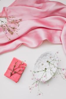 手作りの天然石鹸とセラミック皿、ピンクシルバーのドレス。ソープバー。スパ、スキンケア。ナチュラルオーガニックスパ化粧品。