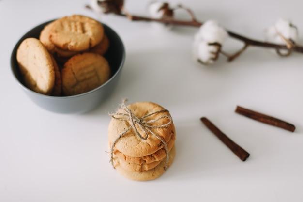 수제 오트밀 쿠키. 정크 푸드, 요리, 제빵 및 먹는 개념.