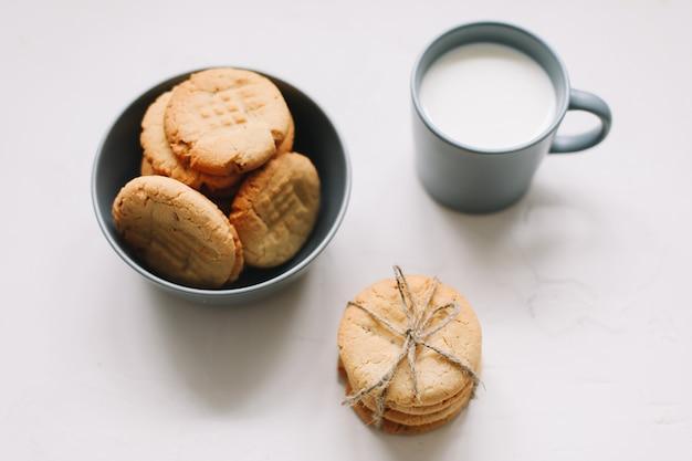 수제 오트밀 쿠키. 갓 구운 전통 쿠키. 정크 푸드, 요리, 제빵 및 먹는 개념.