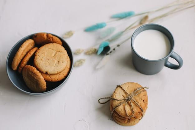 우유 평면도와 수제 오트밀 쿠키