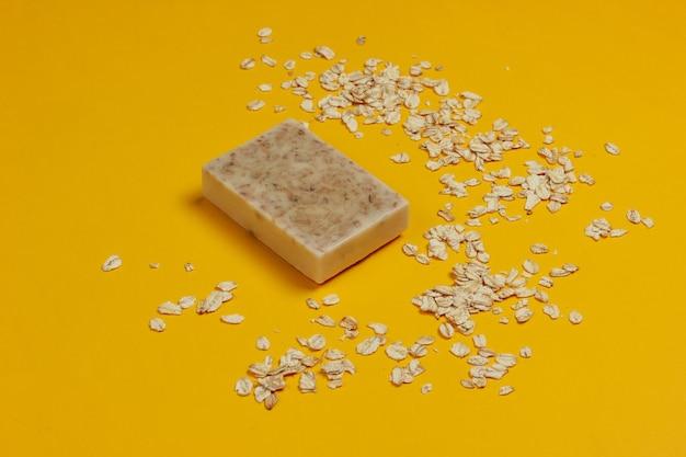 黄色の背景に手作りのオートミール石鹸。