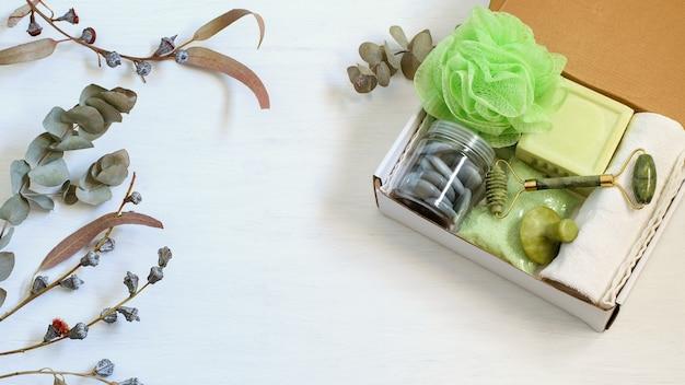 Персональная подарочная коробка ручной работы, заботливо упакованная для семьи или друга.