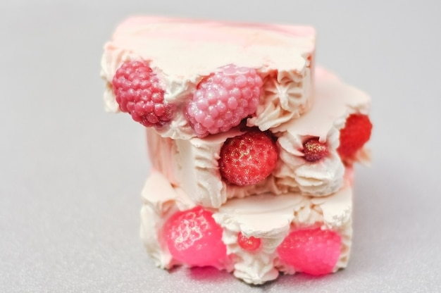 手作りのピンクの石鹸は、ケーキ、ベリーのアイスクリームのように見えます。天然自家製化粧品