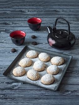 手作りのラマダンのお菓子は、テーブルの上のお茶と一緒にお召し上がりいただけます。エジプト人