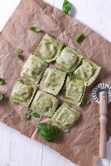 Ravioli fatti a mano con foglie di basilico