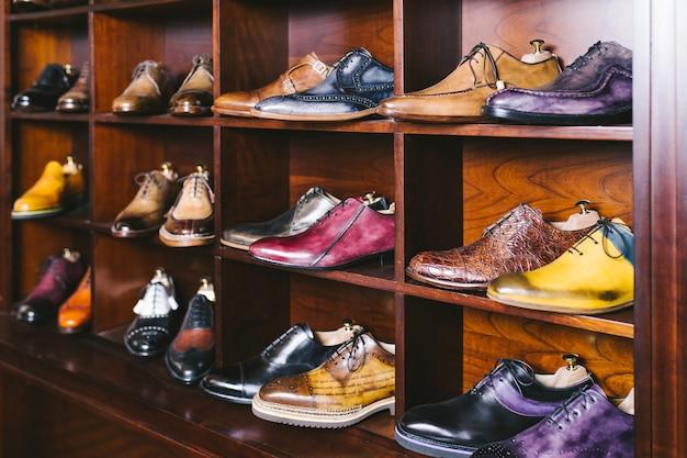 靴職人の工房で手作りの靴。