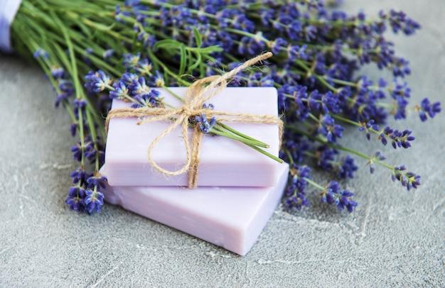 Мыло ручной работы и цветы лаванды