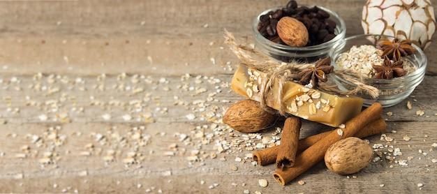 コーヒー豆、オートミール、シナモン、アニスからの手作り石鹸