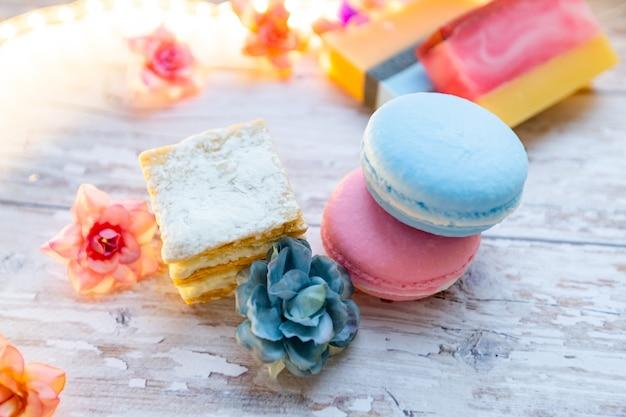 마카롱과 나무 배경에 케이크의 형태로 수 제 비누. 천연 비누 및 화장품