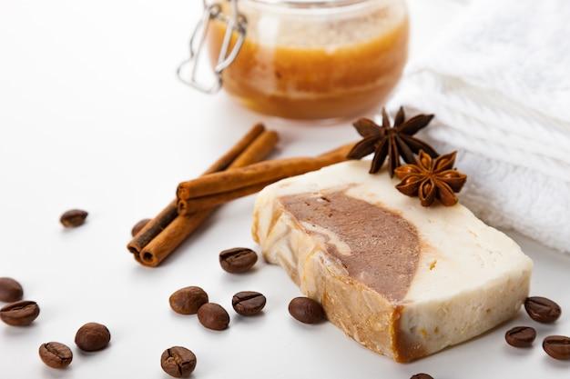 手作り石鹸。ハチミツ、コーヒー、シナモン、バディアンのアロマを使ったスキンケアの手段。滑らかで健康な肌のためのスパトリートメントとアロマセラピー