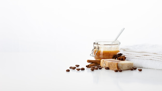 Мыло ручной работы. средства по уходу за кожей с ароматом меда, кофе, корицы и бадиана. спа-процедуры и ароматерапия для гладкой и здоровой кожи Premium Фотографии