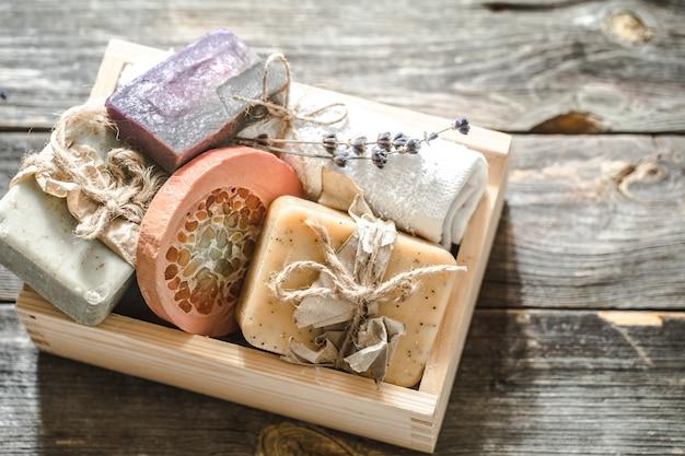 木製の背景に手作り石鹸