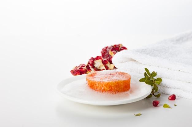 Мыло ручной работы. уход за кожей с ароматом граната. спа-процедуры и ароматерапия для гладкой и здоровой кожи