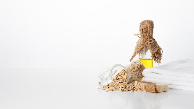 手作り石鹸。エンバク穀物を加えたスキンケア。滑らかで健康な肌のためのスパトリートメントとアロマセラピー