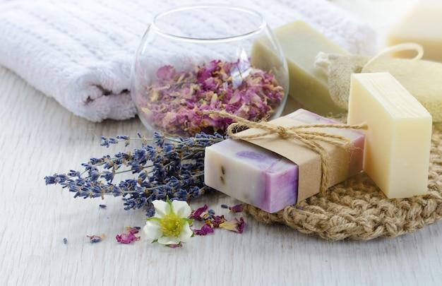 목욕 및 스파 액세서리가 포함된 수제 비누. 말린 라벤더와 장미 꽃잎
