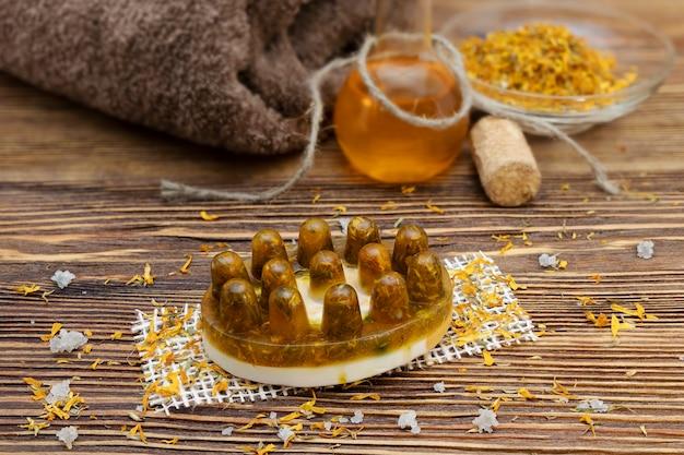 Мыло ручной работы с календулой - календулой на дереве с натуральным маслом. натуральная органическая домашняя косметика для ухода за кожей. скраб для кожи.