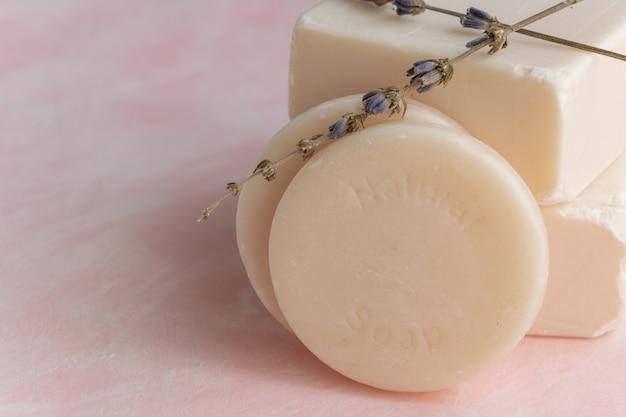 라벤더 추출물이 함유된 수제 비누. 위생, 장인의 제품