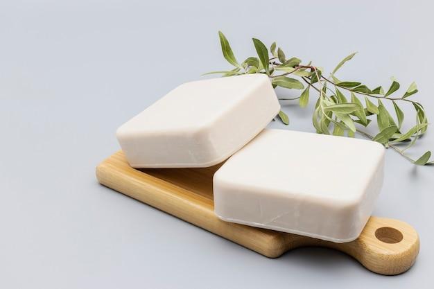 우유가 들어간 수제비누. 코코넛과 올리브 오일로 만든 수제 비누. 피부 관리를 위한 천연 유기농 홈 코스메틱. 안티 셀룰라이트 치료.