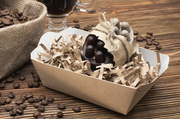 Мыло ручной работы с натуральным кофе на деревянной поверхности. натуральная органическая домашняя косметика для ухода за кожей. скраб для кожи. антицеллюлитные процедуры.