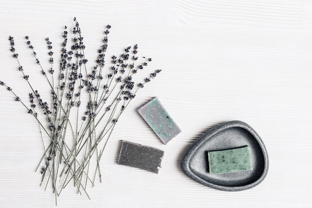ボディケアと健康のための芳香性のラベンダーの花と自然の有機成分を使った手作り石けん。