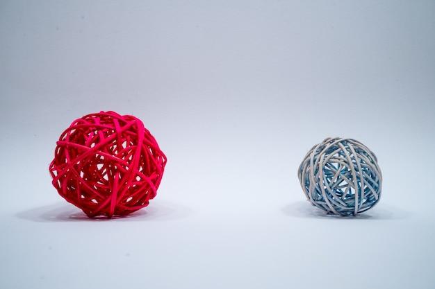 Соломенные шары ручной работы со светло-серой поверхностью