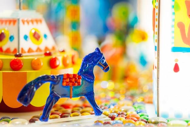 Лошадь карамельки сахара ручной работы в витрине крупного плана кондитерской, никто. лакомства для детей