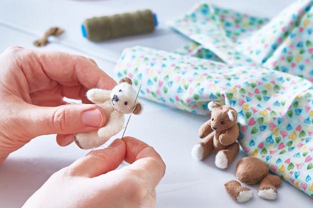 手作りの縫製おもちゃ:テディベアのチュパとその友達のチャップス。