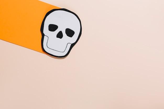 紙製の手作りの白い頭蓋骨