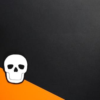 オレンジ紙に手作りの白い頭蓋骨