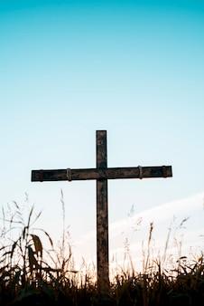 푸른 하늘이 있는 수제 나무 십자가
